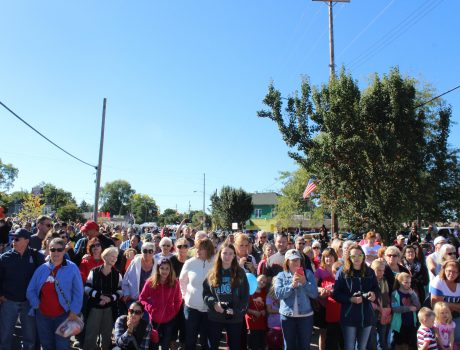 Crowd waiting for the Clydesdales to arrive